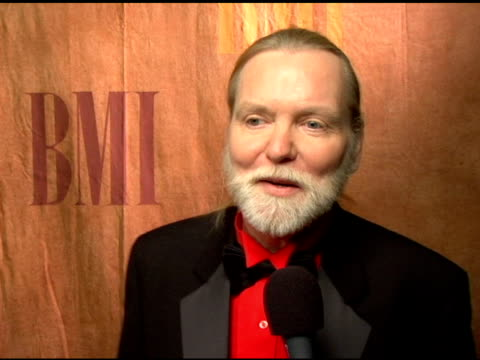 vídeos de stock, filmes e b-roll de greg allman on honoring crasby, stills and nash, on how they helped him through difficult times, on songwriting at the 2006 bmi pop awards at the... - regent beverly wilshire hotel