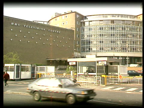 stockvideo's en b-roll-footage met greg dyke new bbc director general lib television centre pull out lib int dyke sitting at press conference with frank dobson mp lib gvs department... - bbc