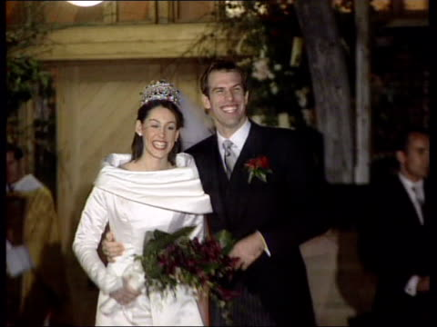 vídeos de stock, filmes e b-roll de greg rusedski foot injury lib berkshire dowie abbey photography** greg rusedski posing for photocall with bride lucy conner after their wedding and... - papel em casamento