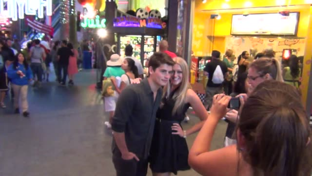 gregg sulkin greets fans outside the teen choice awards after party at saddle ranch in universal city, 08/11/13 gregg sulkin greets fans outside the... - universal city video stock e b–roll