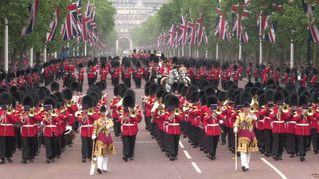grenadier guards at buckingham palace - britisches königshaus stock-videos und b-roll-filmmaterial