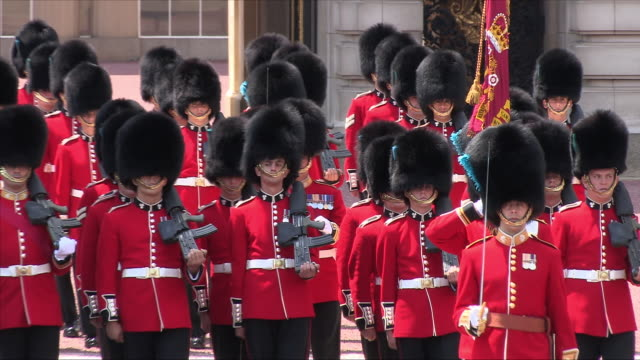 vídeos de stock e filmes b-roll de grenadier guards at buckingham palace - realeza