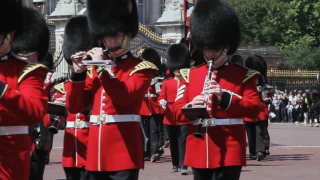 ms grenadier guards band at buckingham palace audio / london, united kingdom - 近衛兵点の映像素材/bロール