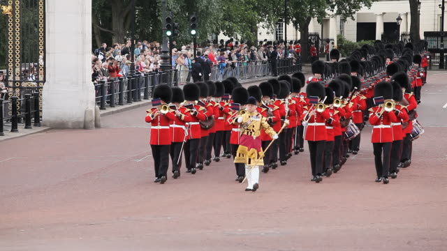 vídeos de stock, filmes e b-roll de grenadier guards band at buckingham place in london. - marchando