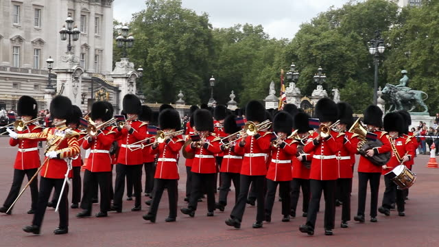 vídeos de stock, filmes e b-roll de grenadier guards band at the changing of the guard ceremony at buckingham place in london - cerimônia