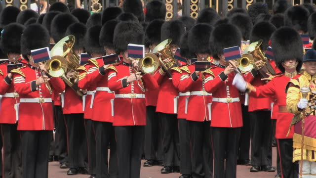ms zo grenadier guards band playing the british national anthem at buckingham palace audio / london, united kingdom - guardia d'onore soldato video stock e b–roll