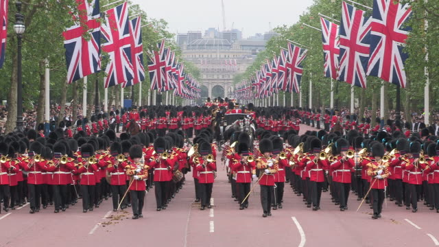 grenadier guards parade at buckingham palace - 近衛兵点の映像素材/bロール