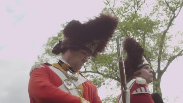 vidéos et rushes de grenadier soldiers in revolutionary war fixing bayonets to muskets - baïonnette