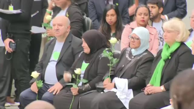 vidéos et rushes de day of commemorations england london north kensington latimer road various shots grenfell tower lit up green downing street general view downing... - enseignante