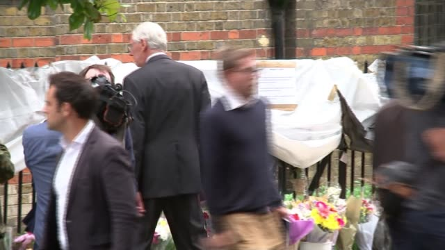 retired judge sir martin moorebick to lead disaster inquiry north kensington ext sir martin moorebick looking at floral tributes flowers in street - temporäre gedenkstätte stock-videos und b-roll-filmmaterial