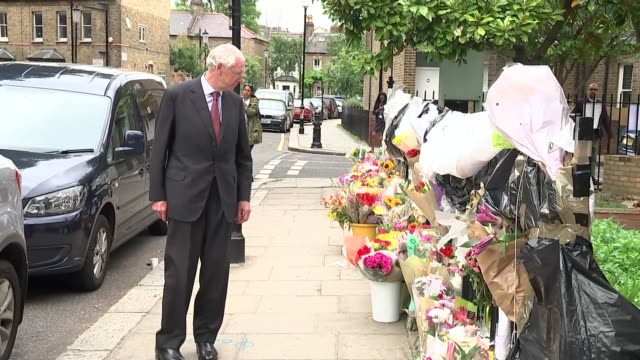 retired judge sir martin moorebick to lead disaster inquiry england london ext various of sir martin moorebick looking at flowers and other tributes... - temporäre gedenkstätte stock-videos und b-roll-filmmaterial
