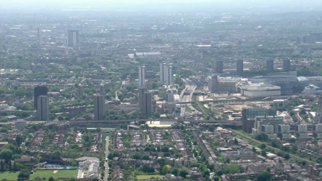 vídeos de stock, filmes e b-roll de theresa may faces crticism from all sides in aftermath of disaster kensington grenfell tower and other surrounding tower blocks - rodeando
