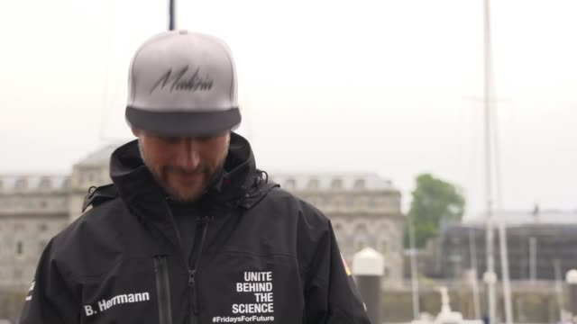 greta thunberg press conference before setting sail from plymouth; england: devon: plymouth: ext greta thunberg and boris herrmann along / boris... - イングランド南西部点の映像素材/bロール