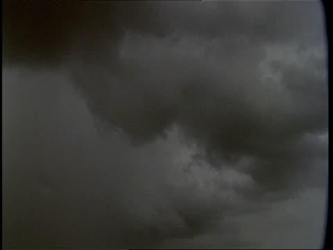 grey monsoon rain clouds, gujarat, india - グジャラート州点の映像素材/bロール