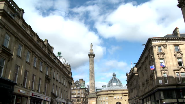 grey street, grainger town, newcastle upon tyne - newcastle upon tyne stock-videos und b-roll-filmmaterial
