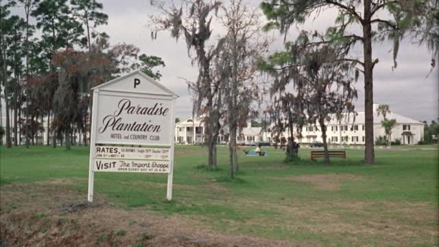 vídeos de stock e filmes b-roll de ms greyhound buses stopping in hotel site - escrita ocidental