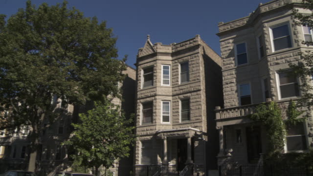 ws pan greystone apartments on residential street / chicago, illinois, usa - villetta a schiera casa video stock e b–roll