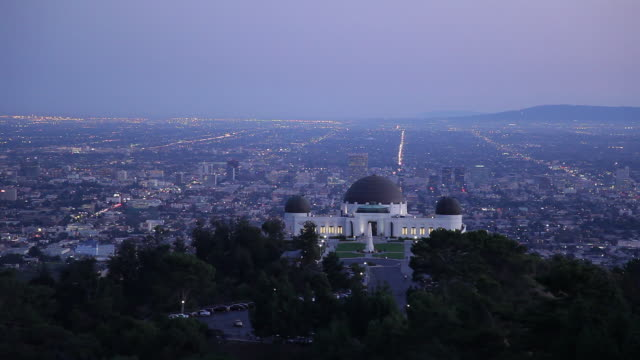 ws griffith observatory and cityscape at dusk / los angeles, california, usa - griffith observatory stock videos & royalty-free footage