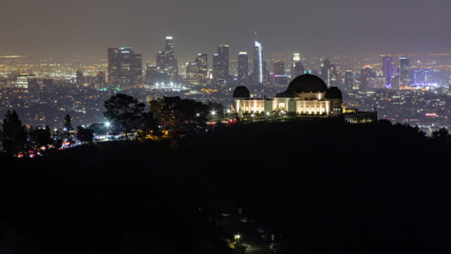 vídeos de stock e filmes b-roll de griffith observatory and los angeles downtown skyline at night - observatório