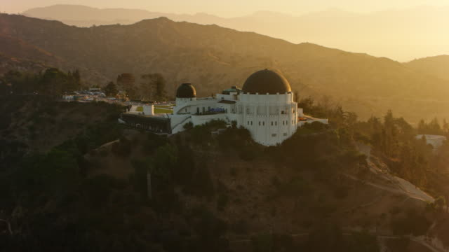 vidéos et rushes de aerial griffith observatory, au lever du soleil - hollywood california