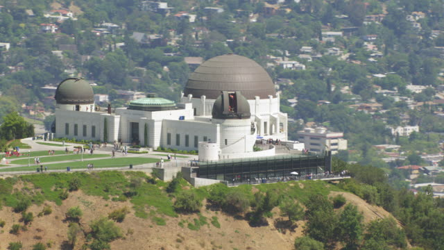 ms aerial griffith observatory, la cityscape - griffith observatory stock videos & royalty-free footage