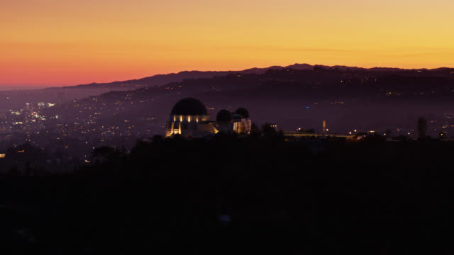 griffith observatory silhouette and hollywood hills at sunset - griffith observatory stock videos & royalty-free footage