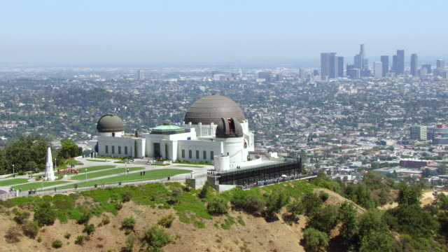 ws aerial griffith observatory visitors, la skyline - griffith observatory stock videos & royalty-free footage