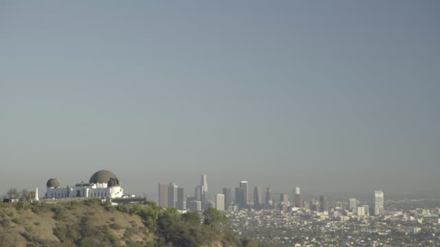 griffith observatory with  downtown - schwenk nach unten stock-videos und b-roll-filmmaterial