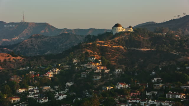 aerial griffith observatory with the hollywood sign seen in the distance - griffith observatory stock videos & royalty-free footage