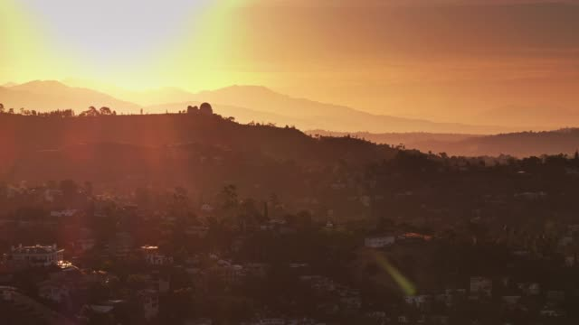 stockvideo's en b-roll-footage met griffith park observatorium en hollywood hills bij zonsopgang - drone shot - hollywood california