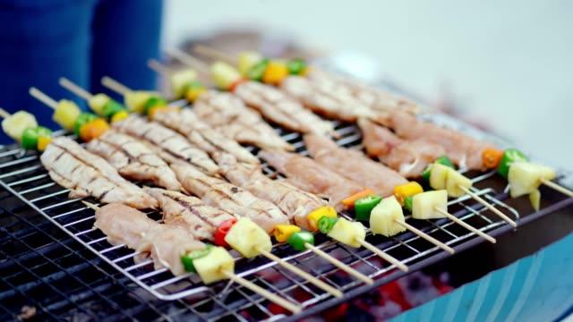 vídeos de stock, filmes e b-roll de grill churrasqueira e derramar molho, grelhados na churrasqueira de fogão. - bbq sauce