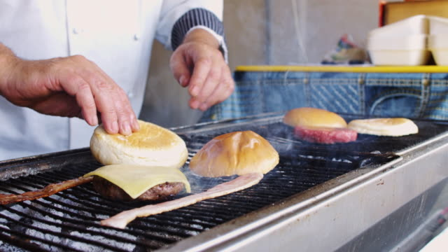grill chef cooking bacon cheeseburger - cheeseburger stock videos & royalty-free footage