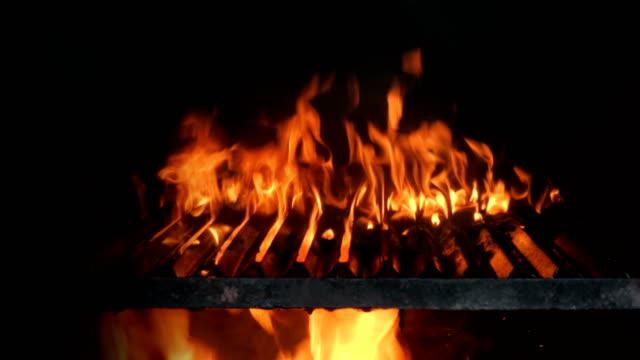 Grill flames på svart bakgrund
