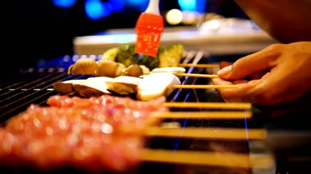 bbq grill pilz, steak mit szechuan-pfeffer-sauce. - heckklappe teil eines fahrzeugs stock-videos und b-roll-filmmaterial