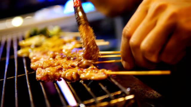 vídeos de stock e filmes b-roll de bbq grill mushroom , steak with sauce sichuan pepper . - grade de radiador