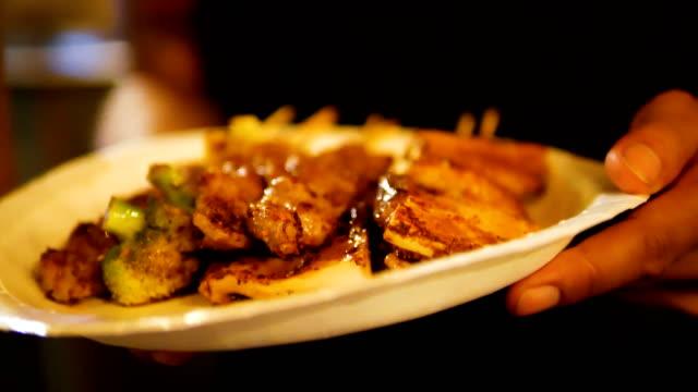 vídeos de stock, filmes e b-roll de cogumelo de churrasqueira, bife com molho de pimenta de sichuan. - bbq sauce