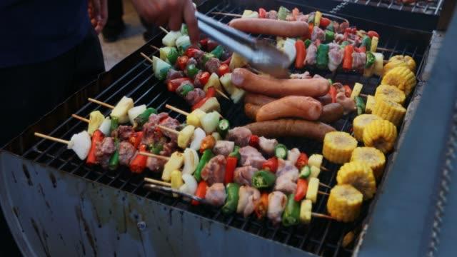 vídeos de stock e filmes b-roll de bbq grill steak and bacon strips frying on a grill - marina