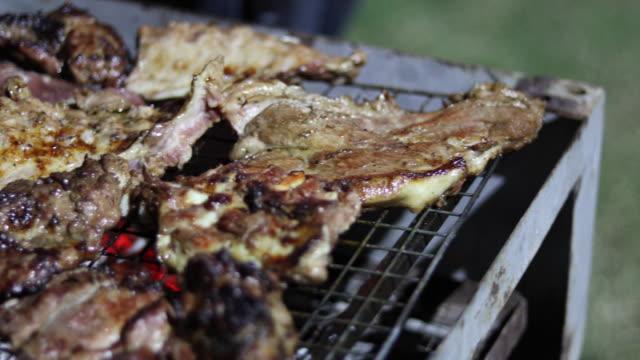 bbq grill steak und speck streifen auf dem grill braten - heckklappe teil eines fahrzeugs stock-videos und b-roll-filmmaterial