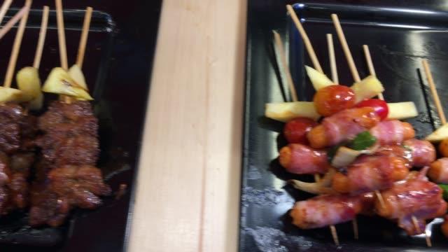 vídeos de stock e filmes b-roll de bbq grill steak and bacon strips frying on a grill - grade de radiador