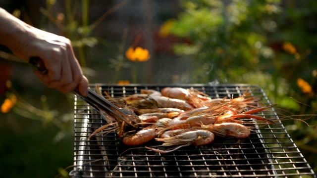 vidéos et rushes de grill the shrimps - barbecue