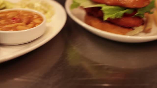Grillé Barbecue Ribs, gros bout de poitrine et haricots - la caméra se déplace pour un Hamburger