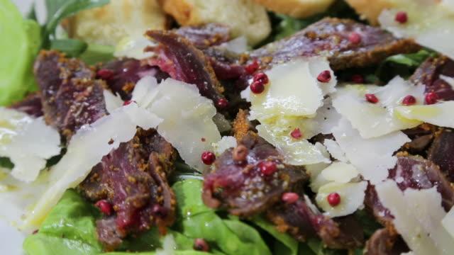 皿にサラダ牛焼き肉 - サラダドレッシング点の映像素材/bロール