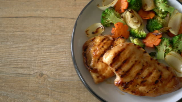 gegrillte hähnchenbrust-steak mit gemüse - gegrilltes huhn stock-videos und b-roll-filmmaterial