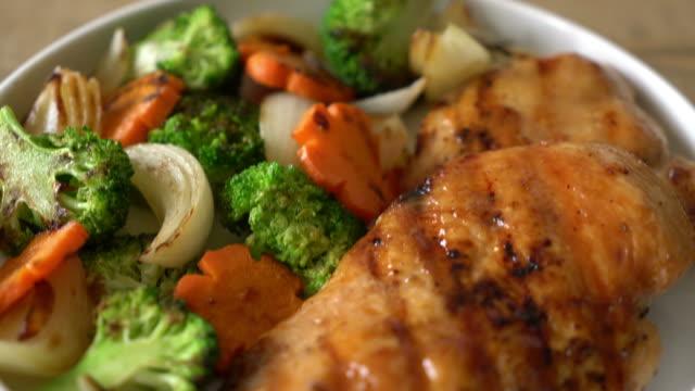 Grillat kycklingbröst biff med grönsaker