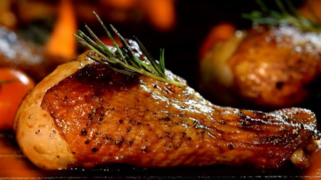 Cuisses de poulet grillées sur le grill flaming (zoom arrière)