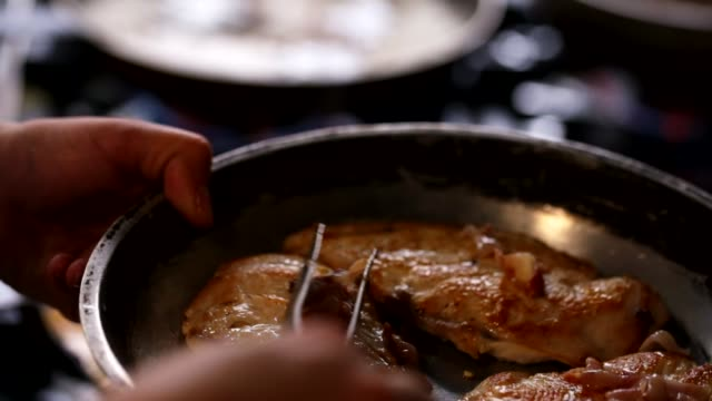 vídeos de stock, filmes e b-roll de carne de frango grelhado - crocante