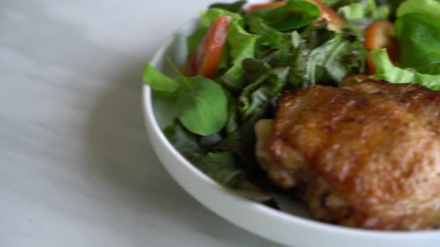 gegrilltes hühnersteak mit gemüsesalat - gegrilltes huhn stock-videos und b-roll-filmmaterial