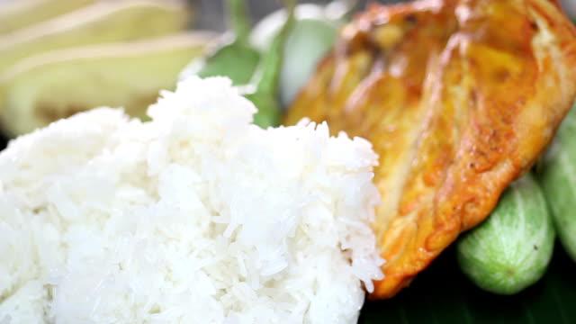 vídeos de stock, filmes e b-roll de frango grelhado com arroz glutinoso - bbq sauce