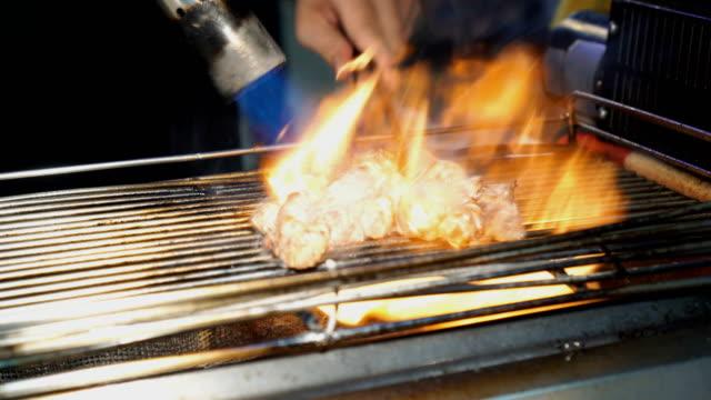 炎トーチによって調理するキューブ ポークのグリル - 台北市点の映像素材/bロール