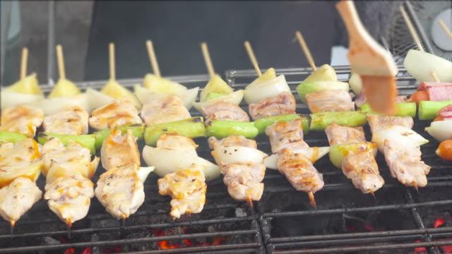 fleisch-/barbecue-/steak mit gemüse auf dem brennenden grill gegrillt. - kotelett stock-videos und b-roll-filmmaterial